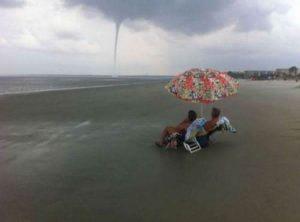 aqui casual viendo un tornado en la playa